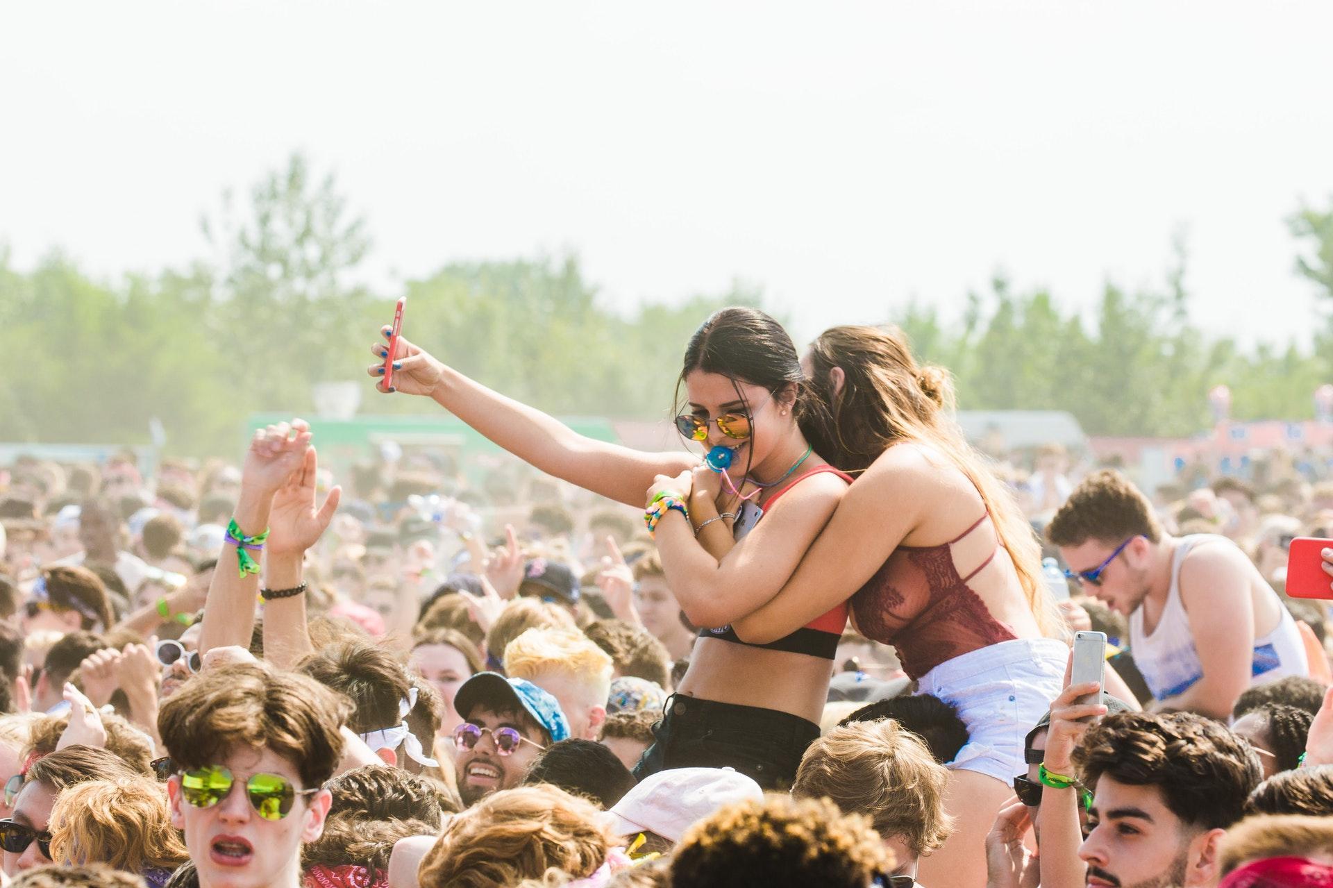 arms raised best friends concert 1537638