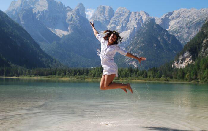 girl jumping for joy 3849870 1920