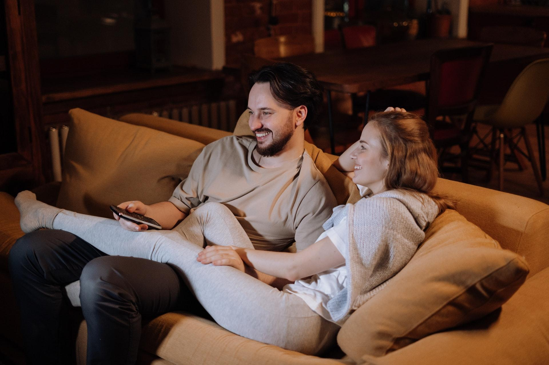 couple love sitting evening 4009040